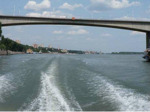 ВРостове сВорошиловского моста прыгнул нетрезвый девятнадцатилетний парень