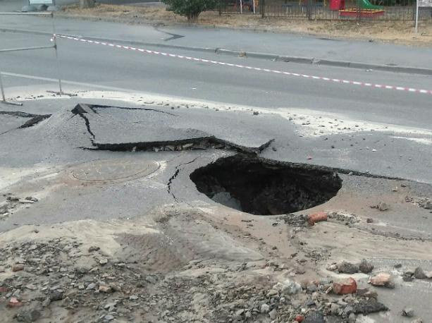 Огромная яма появилась на Седова в Ростове после провала асфальта