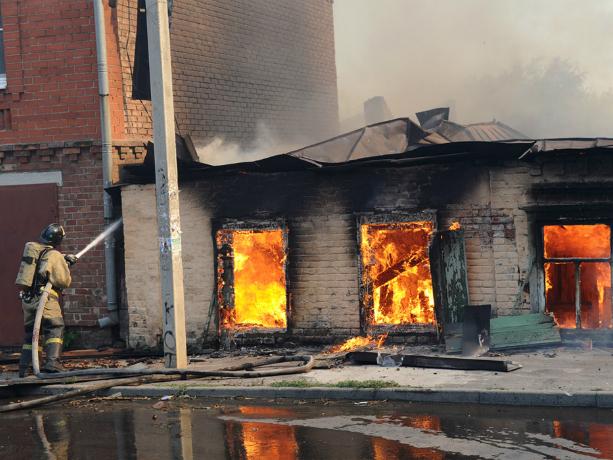 Один человек умер впожаре врайоне ростовскогоТЦ «Меркурий»