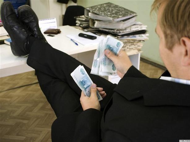 49-летний начальник отдела погрузки в СКЖД получил 1,3 млн рублей взятки
