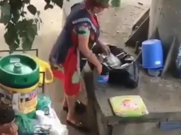 Продавец в Ростове-на-Дону нагло разливала квас в грязные стаканы из мусорного ведра