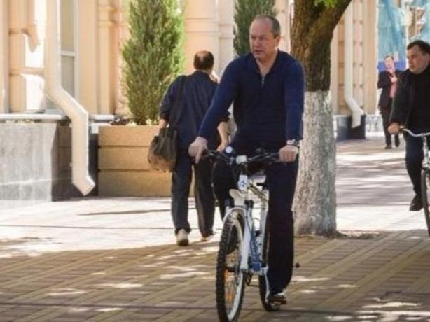 Глава администрации Ростова пообещал отказаться от своей крутой машины и крутить педали велосипеда