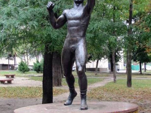 Снести установленный при жизни памятник депутату Вартересу Самургашеву требует активист из Ростова