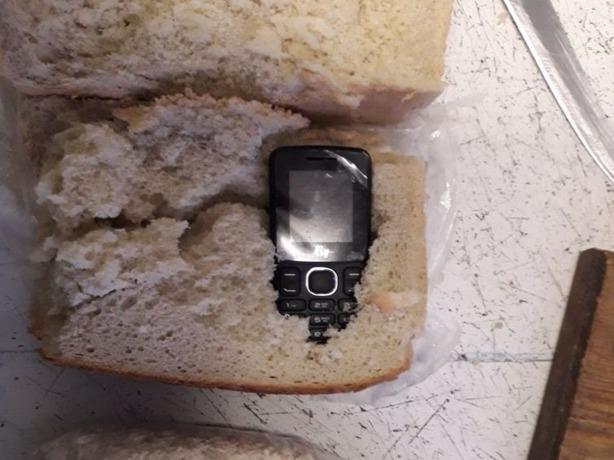 «Целебный» хлеб с начинкой из гаджета пытался пронести в изолятор отважный житель Ростовской области