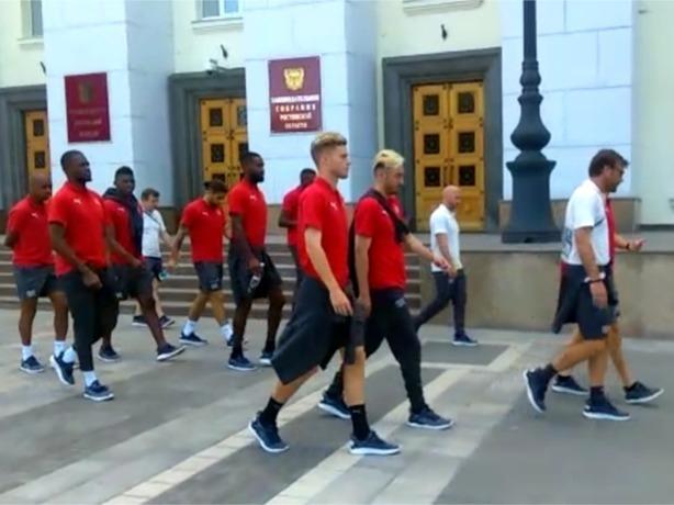 Сборная Швейцарии перед матчем с Бразилией строем прошлась по центру Ростова