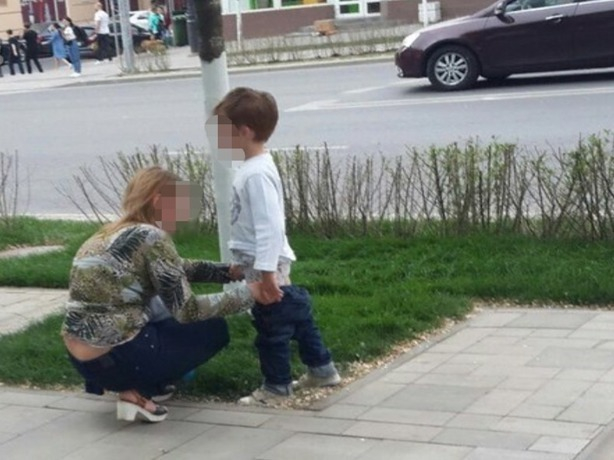 Устроившая на тротуаре общественный туалет для своего ребенка мать вызвала бурю гнева у жителей Ростова