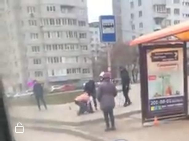 Жестокая драка в Ростове-на-Дону с равнодушными наблюдателями попала на видео