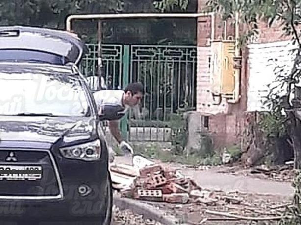 Наглеца, бросившего под окна соседу строительный мусор, заснял случайный прохожий в Ростове