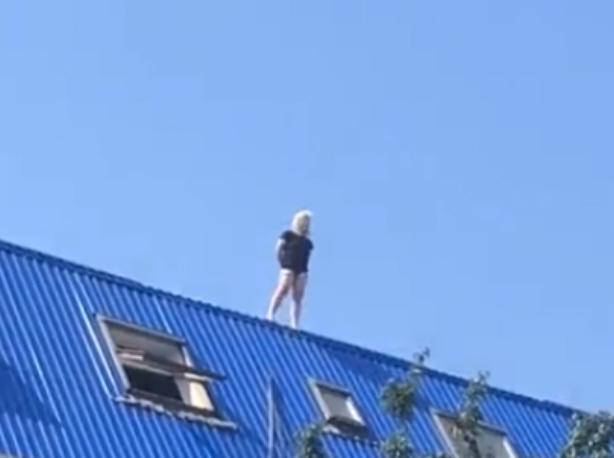 Отчаявшаяся женщина выжила после падения с дома в Ростове