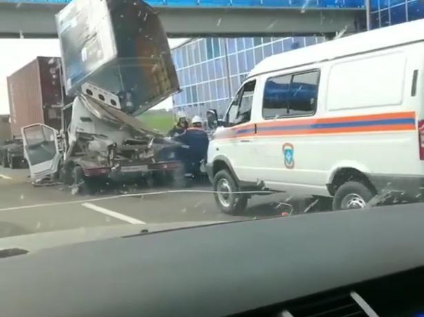 В сети появилось жуткое видео смертельной аварии под Ростовом