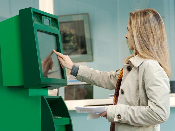 Зевающая у банкомата жительница Ростова нелепо «проворонила» свою месячную зарплату