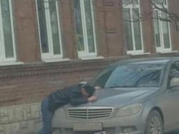 «Плач Ярославны» устроил на припаркованном автомобиле страдалец из Ростова
