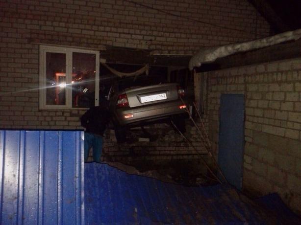 Бешеная иномарка влетела в жилой дом в Ростове-на-Дону