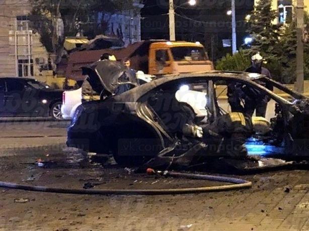 За пять минут в Ростове «пьяный» Mercedes успел врезаться в подземный переход и полностью сгореть