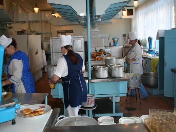 В школьных столовых Ростова детей кормят как свиней