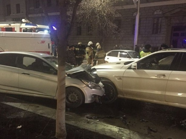 Четыре машины разбились вдребезги от мощного столкновения в центре Ростова-на-Дону
