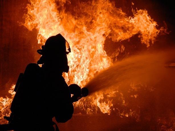 Неменее 10 единиц техники гасят пожар вжилом доме вцентре Ростова-на-Дону