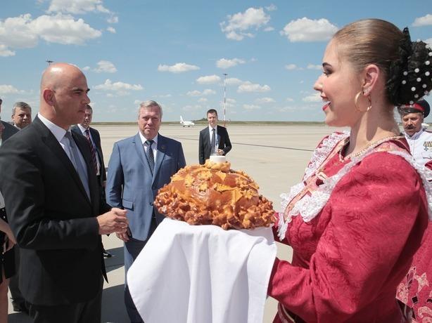 Президент Швейцарии начал знакомство с Ростовом с вкусного каравая и казачьих песен