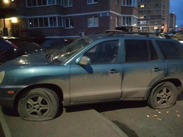 Жители Ростова-на-Дону устроили жестокий самосуд припаркованному автомобилю на тротуаре