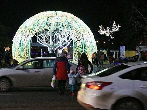 Две гордые «яжематери» с маленькими детьми в Ростове поверили в свою бессмертность, шагая по дороге с мчащимися машинами