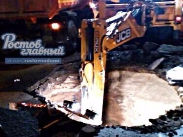 В Ростове-на-Дону  асфальт на дороге ушел в бездну
