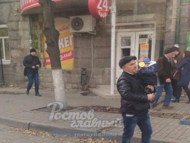 Аферист с ребенком на руках много лет сетует о тяжелой судьбе в маршрутках Ростова