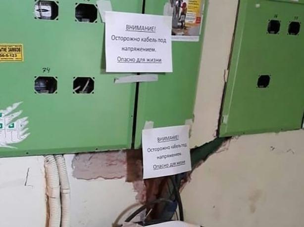 Сотрудники ТСЖ в Ростове внезапно онемели и одурели от вопроса про торчащие оголенные провода в подъезде