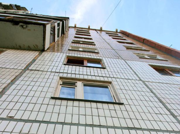 21-летняя девушка в Ростове упала с балкона и смогла прийти с тяжелыми травмами обратно домой