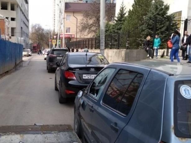 Большой кусок железа рухнул в Ростове-на-Дону со стройки на дорогу и покалечил иномарку
