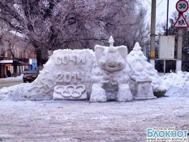 Пожарный из Новочеркасска украсил город снежной скульптурой «Сочи-2014»
