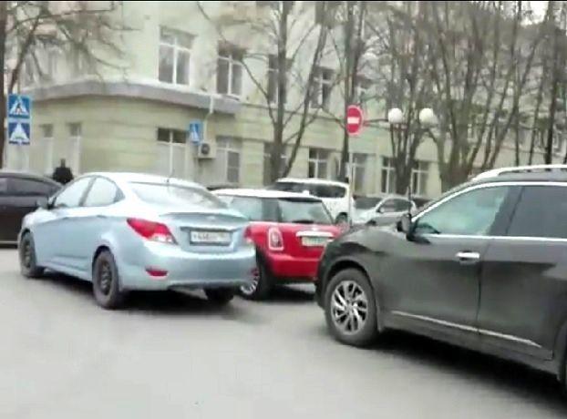 Припаркованные наглыми водителями автомобили на проезжей части в Ростове попали на видео