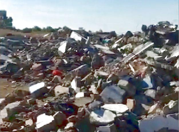 Картоном и тряпками решили укрепить берег водохранилища в Ростовской области