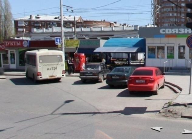 «Вонючие ларьки с хламом» на площади вокзала «Сельмаш» возмутили жителя Ростова
