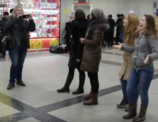 Девушки на ростовском вокзале устроили песенный флешмоб в честь СССР, который сняли на видео