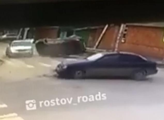 Иномарка влетела в два автомобиля и перевернулась на перекрестке в Ростове