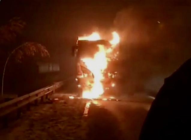Грузовик сгорел на трассе под Ростовом-на-Дону
