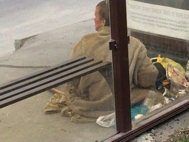 Бродяга захватил остановку общественного транспорта в Ростове