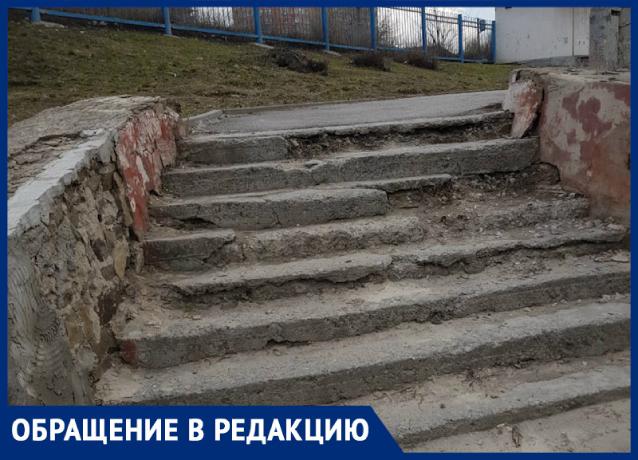 «По этим ступеням страшно ходить!»: ростовчане требуют привести в порядок лестницу на Сельмаше