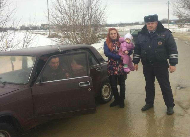 На Дону инспекторы ДПС спасли замерзавших в машине девушку с маленьким ребенком