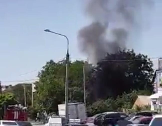 Черные клубы дыма от сгоревшего сарая напугали жителей Ростова