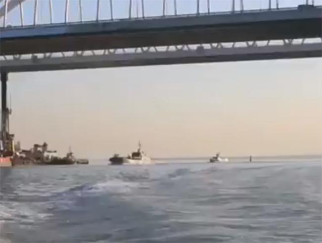Проход боевых кораблей ЧФ под аркой Крымского моста в сторону Ростова опубликовали на видео