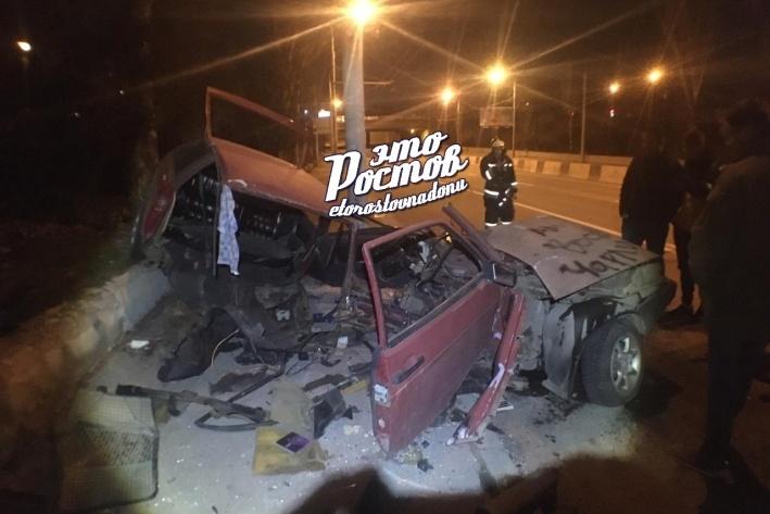 В Ростове легковой автомобиль разорвало на части после удара в столб