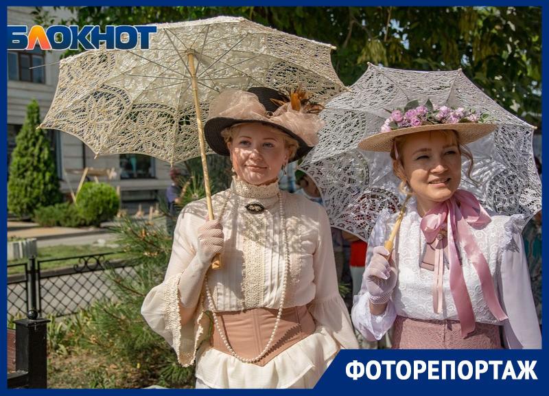 «Зонтичное утро»: в Таганроге отмечают День рождения Фаины Раневской