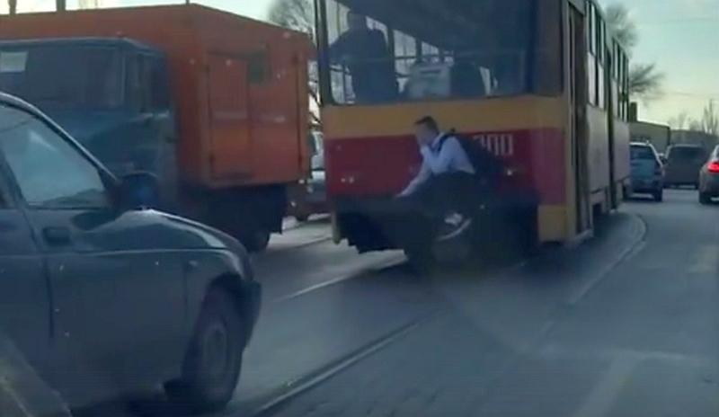 Опасно катающийся на трамвае юный зацепер попал на видео в Ростове