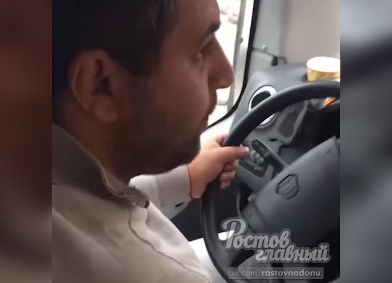 Водитель ростовской маршрутки из-за денег подрался спассажиром