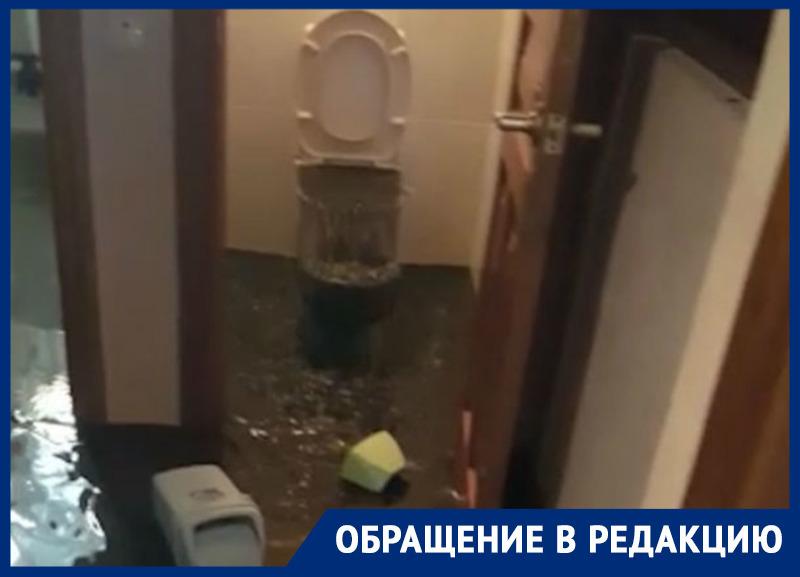Из-за забитой канализации во время ливня фекалии хлынули в квартиру ростовчанки