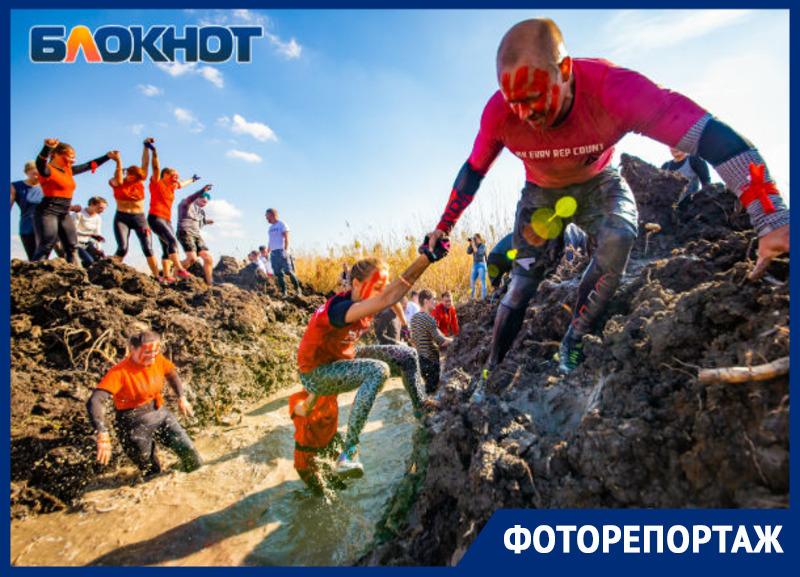 Самые смелые ростовчане добровольно искупались в грязи во время забега «Стальной характер»