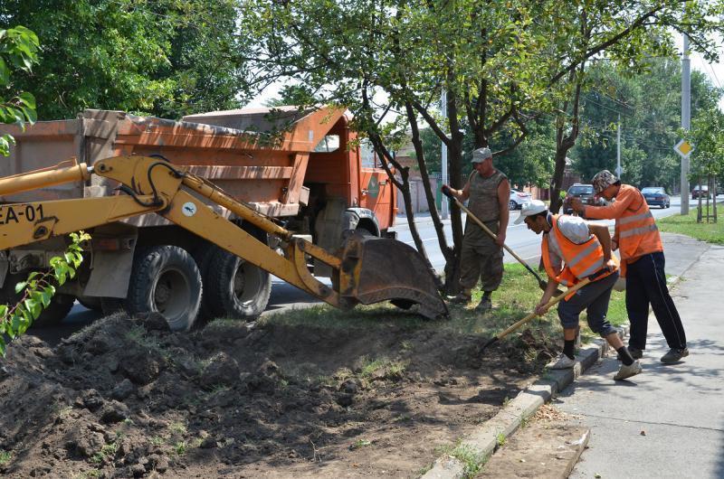 В Ростове приводят в порядок придорожные газоны