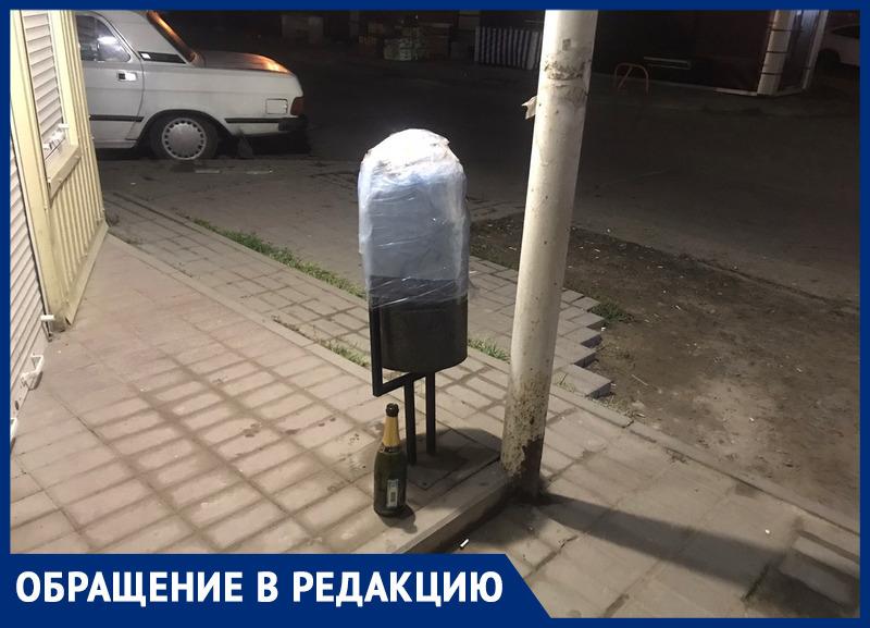 Ростовчанина возмутила заклеенная мусорка возле офиса микрозайма