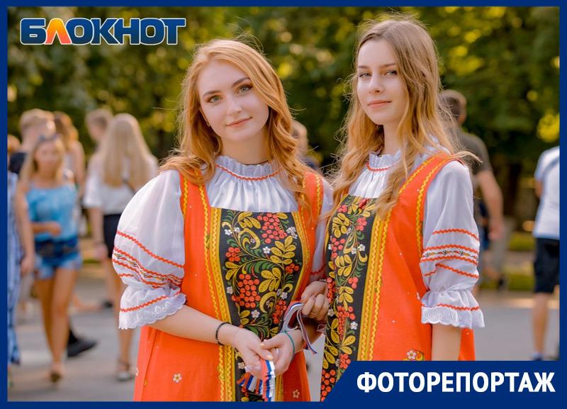 Огромный триколор и самые красивые девушки: как в Ростове отметили День российского флага